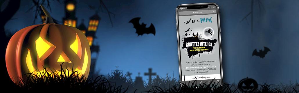 Image d'une citrouille halloween avec chateau hanté au fond à gauche et un smarthone avec une landing page pour sms enrichi à droite.