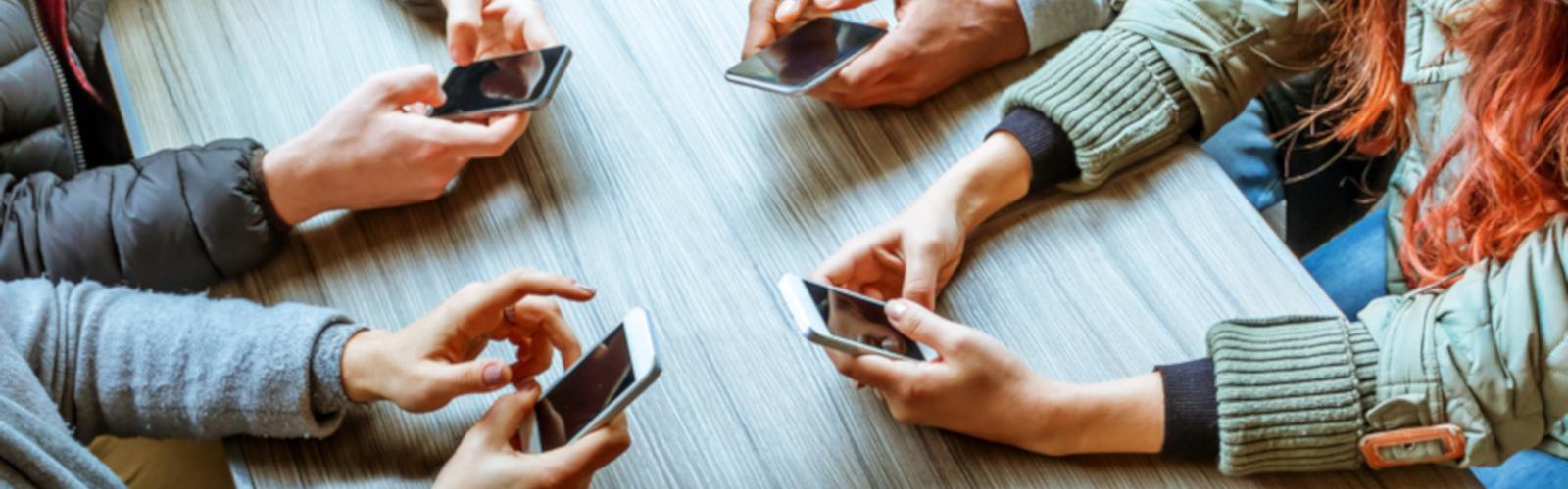 groupes d'amis utilisant leur smartphone