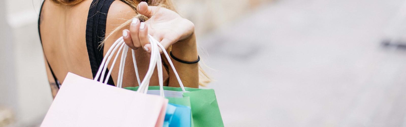 Une personne avec des sacs de shopping