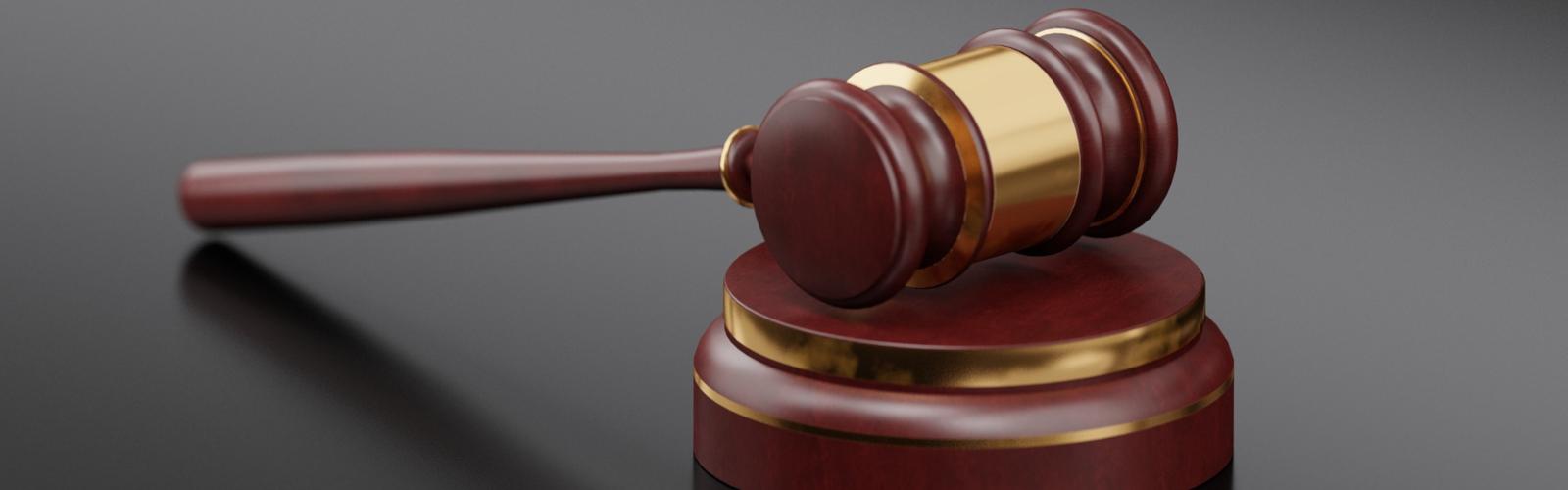 marteau de jugement représentant la legislation autour du SMS marketing