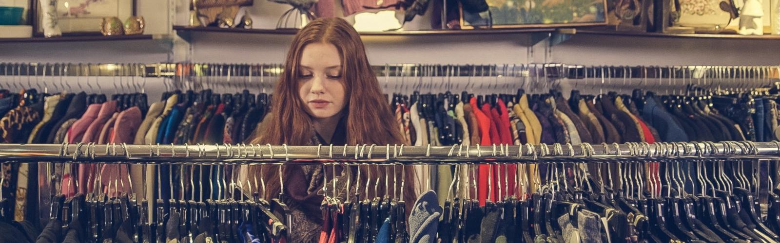 mobinaute convertie en cliente physique choisissant des vêtements